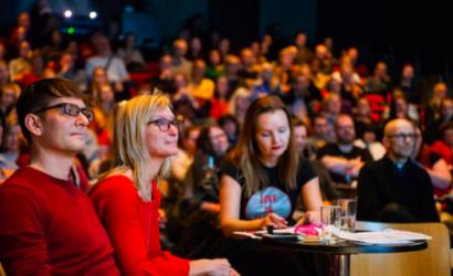 Publikum i Wergelandssalen med frivillig Andy Bennett, festivalsjef Kjersti Helgeland og medarrangør Marianne Støle-Nilsen i forgrunnen